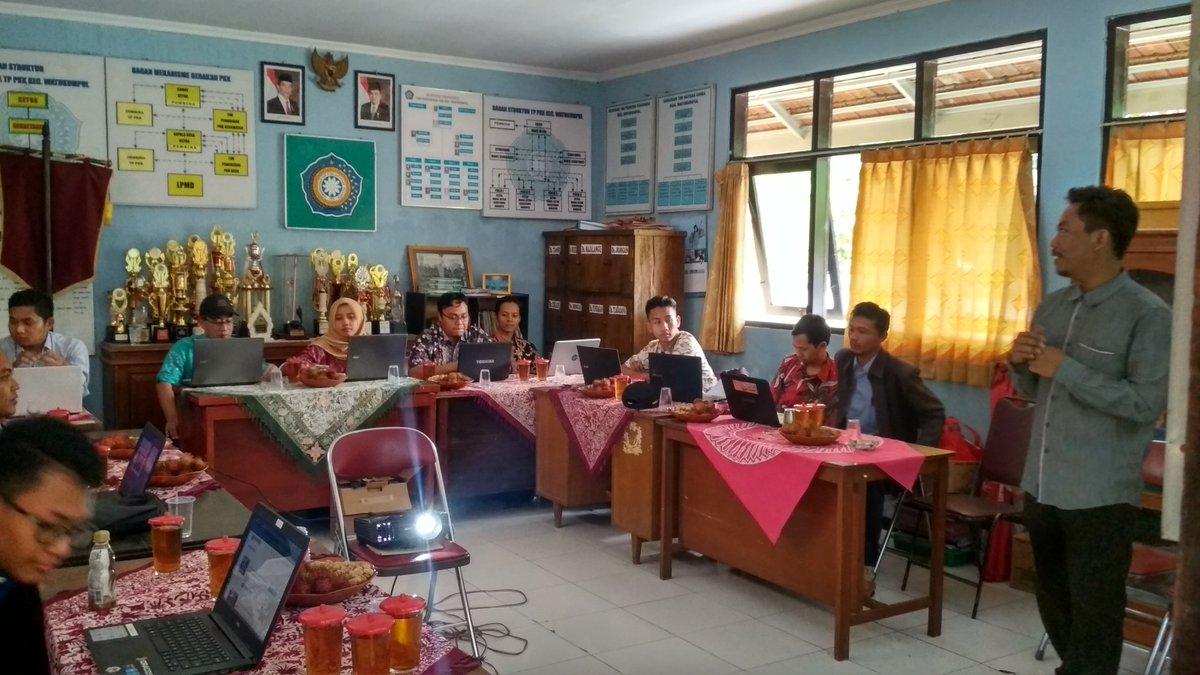 Bowo (PUSPINDES) menyampaikan materi Jurnalis Warga kepada peserta.