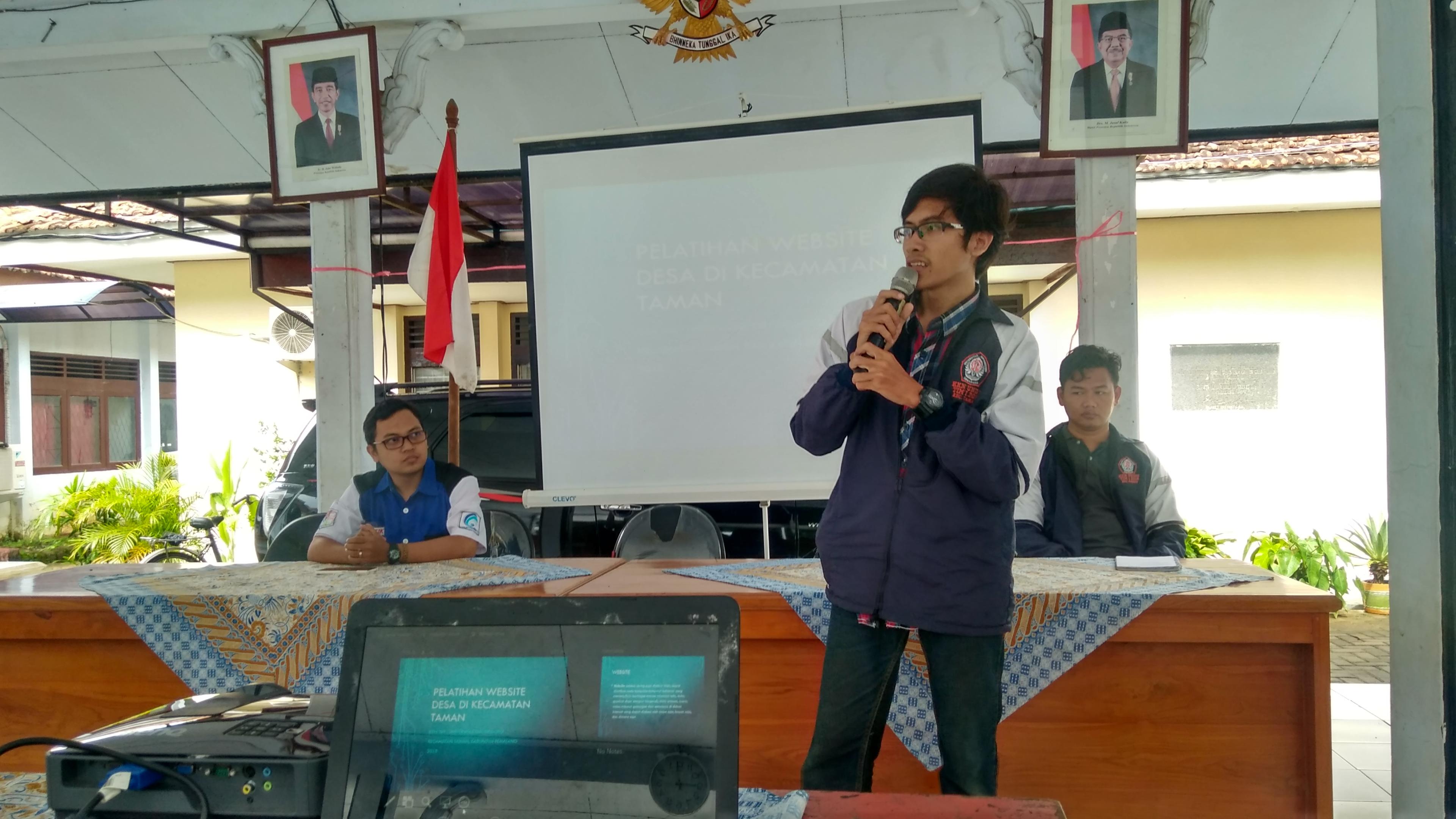 Zaenal Muttaqin (Duduk, sebelah kiri) & Harlian Tri Mardian (Berdiri) memberikan sambutan pada awal acara. Dokumentasi Tim Puspindes.