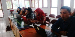 Para peserta sedang menambahkan statistik kependudukan yang diambil dari Sidekem Web