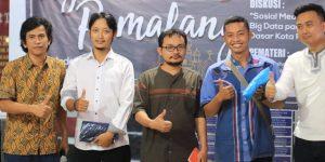 Foto bersama dengan para peserta yang beruntung mendapatkan merchandise keren dari para pendukung acara. Dokumentasi tim PUSPINDES.