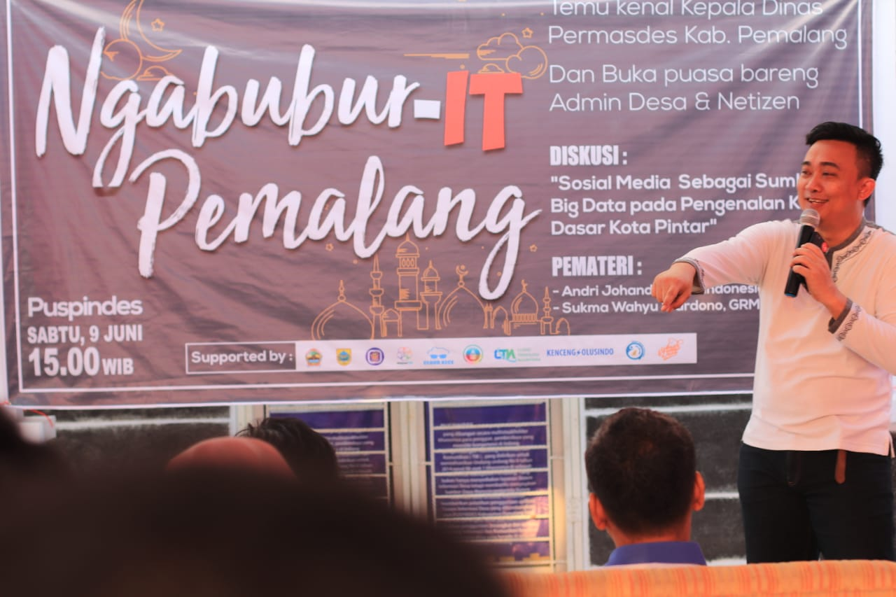 "Sukma Wahyu Wardono sedang menjelaskan materi tentang ""#KemalaJateng sebagai Media Aspirasi dan Laporan Warga Jateng"". Dokumentasi tim PUSPINDES."