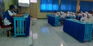 Siswa-siswi SMAN 2 Pemalang serius memperhatikan materi Literasi Digital untuk Pelajar yang disampaikan oleh Relawan TIK di ruang Multimedia.