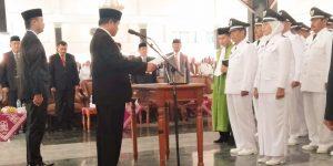 Bupati Pemalang sedang memimpin kepala desa membacakan ikrar jabatan.