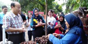 Xiao Qian Duta Besar Rakyat Tiongkok berinteraksi dan membeli makanan tradisional kepada penjual di Pasar Kamis Wage.