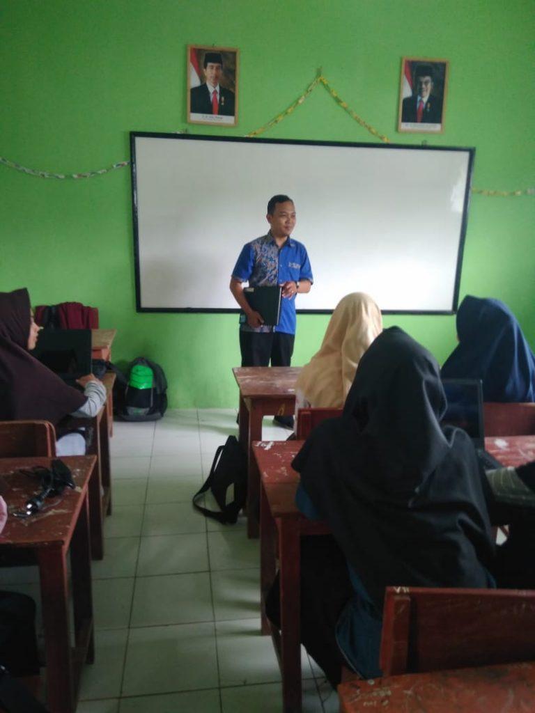 Zaenal Muttaqin sedang memperkenalkan diri kepada para peserta pelatihan komputer dasar