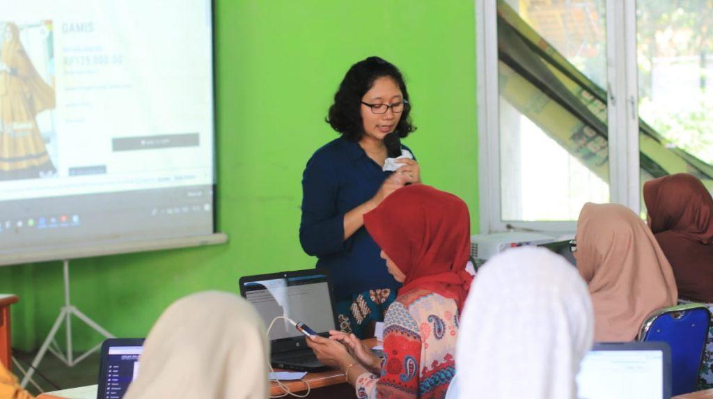 Erni Sulistyowati sedang menyampaikan materi tentang digital parenting